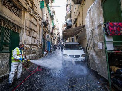Un trabajador desinfecta una calle de Nápoles, en Italia.