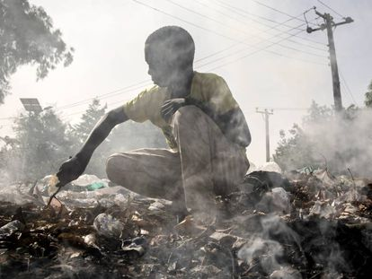 Muhammad Modu, nigeriano de 15 años, se gana la vida revendiendo objetos que encuentra entre la basura.