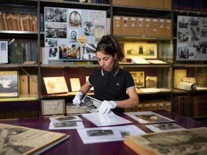 La historiadora española Almudena Rubio, una de las investigadoras del IISH, trabajando el pasado mayo en los documentos de la Guerra Civil española.