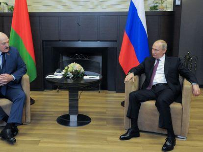 Aleksandr Lukashenko y Vladímir Putin, este viernes en una reunión en la ciudad rusa de Sochi, en el Mar Negro.