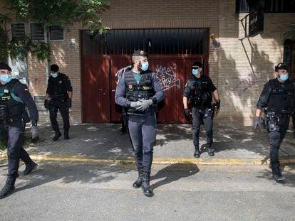 Miembros de la Guardia Civil frente a la casa del exsubdelegado del Gobierno en Valencia, Rafael Rubio, tras el registro efectuado en su domicilio por agentes de la UCO.