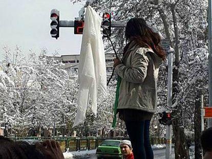 Una mujer muestra un pañuelo blanco en una calle de Teherán (Irán) el pasado enero.