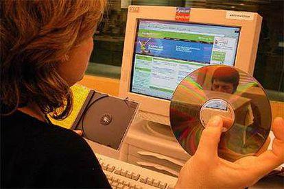 Una usuaria de Internet copia archivos desde un sistema de intercambio, en Internet.