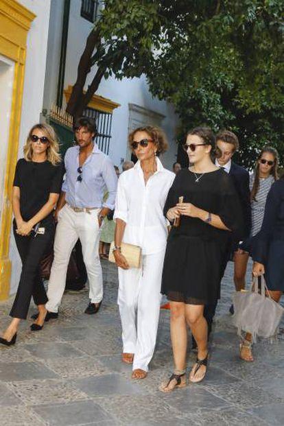Nati Abascal, Rafael Medina Abascal y Laura Vecino junto a Victoria Elisabeth von Hohenlohe-Langenburg, y Alexander von Hohenlohe-Langenburg durante el entierro del Duque de Medinacelli, Marco de Hohenlohe en Sevilla.
