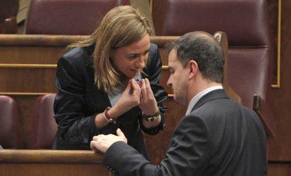 Carme Chacón conversa ayer en el Congreso de los Diputados con el portavoz de ERC, Alfred Bosch.