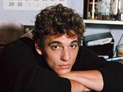 Miguel Herrán, ha participado en 'Élite' o 'La casa de papel' y aquí medita vestido de Louis Vuitton. En vídeo, el tráiler de la película que estrena el 28 de agosto, 'Hasta el cielo'.