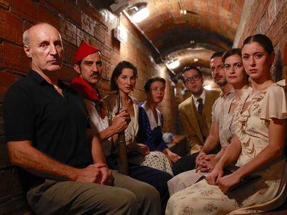 Paco Mir y los intérepretes de su versión de 'La plaça del Diamant', en el refugio de la Guerra Civil bajo la plaza.