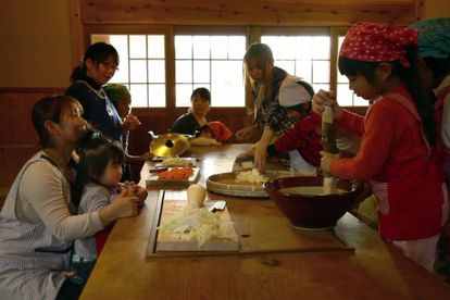 Familia japonesa preparando comida tradicional, 'washoku' reconocida por la Unesco.