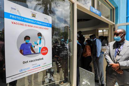 Un cartel anuncia las vacunas gratuitas contra la covid-19, durante el lanzamiento oficial de la campaña de vacunación de los sanitarios del Hospital Nacional Kenyatta (KNH), en Nairobi, Kenia, el 5 de marzo de 2021.