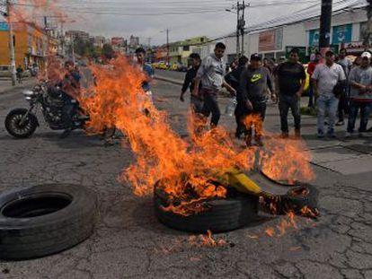 Hay carreteras y calles bloqueadas en varias ciudades, el transporte público ha iniciado un paro total de actividades y se han suspendido las clases en todo el país