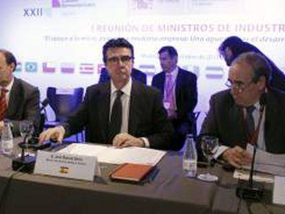 El ministro de Industria, Energía y Turismo, José Manuel Soria (c).