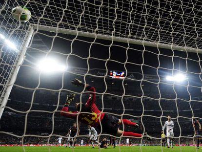 Varane, al fondo, marca el gol del Madrid