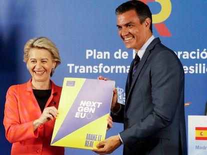 El presidente del Gobierno, Pedro Sánchez,con la presidenta de la Comisión Europea, Ursula von der Leyen, tras visitar el Centro de Control Eléctrico.