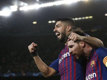 Luis Suárez celebra con Messi un gol del Barça.