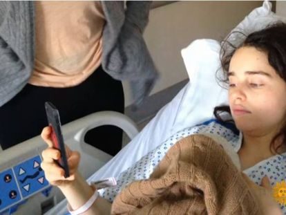 La actriz Emilia Clarke, en una de las fotos que ha compartido tras su operación.