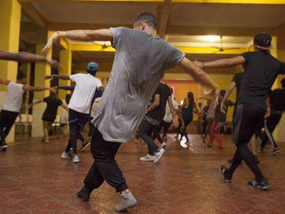 Un grupo de bailarines cuyo coreógrafo es Bboy Donatello.