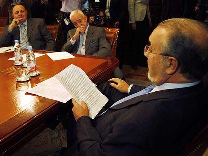 Pedro Solbes, en primer plano, con Miguel Martín, presidente de la AEB, a su derecha, y Juan Ramón Quintás, de la CECA.