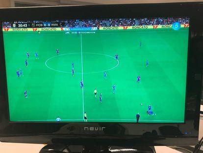 El partido entre el Barcelona y el Real Madrid, por televisión.