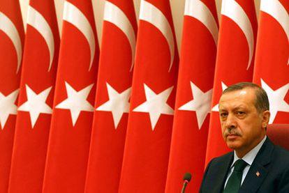 El primer ministro turco, Recep Tayyip Erdogan, ante banderas turcas durante un acto militar en Ankara, el pasado 1 de agosto.