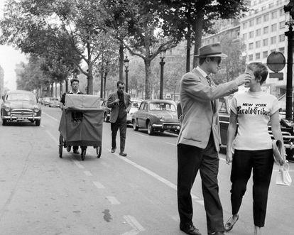 Rodaje de 'Al final de la escapada', con Coutard y Godard (con gafas oscuras), detrás de la pareja protagonista: Jean-Paul Belmondo y Jean Seberg.