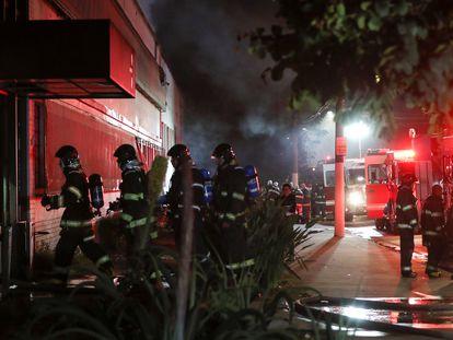 Los bomberos entran en el depósito de la Cinemateca en São Paulo incendiado el pasado 29 de julio.