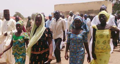 Cuatro de las estudiantes que lograron escapar días después del secuestro caminan por las calles de la localidad nigeriana el lunes 21 de abril.