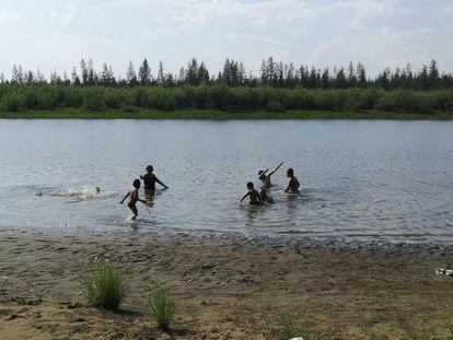 Un grupo de niños juega a las afueras de la ciudad siberiana de Verjoyansk, en la región de Yakutia, este domingo.