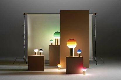 Jordi Canudas firma estas lámparas Marset que se realizan una a una en seis colores y se presentan en dos tamaños.