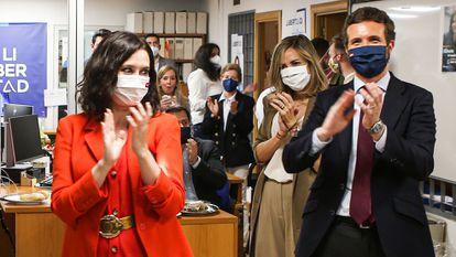 Isabel Díaz Ayuso y Pablo Casado durante el seguimiento de los resultados electorales en la sede del PP en Madrid.