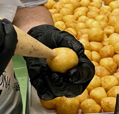 Rellenando de los buñuelos con crema de avellanas. J.C. CAPEL
