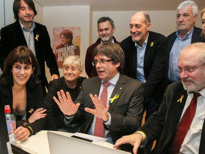 De izquierda a derecha, en primer plano, la diputada electa Aurora Madaula, la exconsejera Clara Ponsatí, Carles Puigdemont y el exconsejero Lluís Puig. De pie, a la izquierda, Francesc de Dalmases, también diputado.
