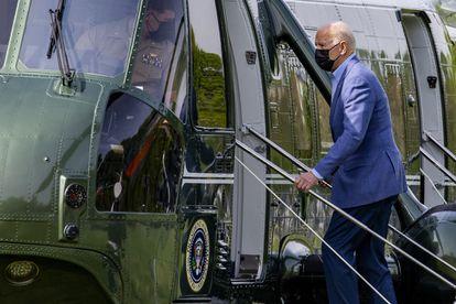 El presidente Joe Biden sube al helicóptero oficial, el 'Marine One', este sábado en Washington.