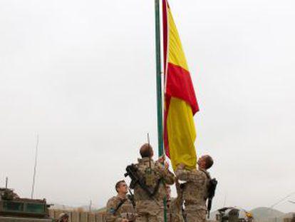 Militares españoles arrían la bandera en la base Bernardo de Gálvez 2.