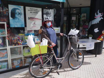 Elena Martínez, la librera de la tienda Serindipia en Tres Cantos, con la bicicleta con la que ha entregado entregar 1.297 libros durante el estado de alarma / L. F.