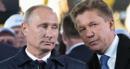 El presidente de Gazprom, Alexei Miller, (derecha) y el presidente ruso  Vladimir Putin en un acto en Yakutsk el 1 de septiembre.