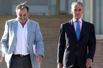 Mario Conde, a la derecha, tras salir de la cárcel el pasado 17 de junio.