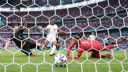 Raheem Sterling marca el primer tanto del partido en Wembley, su tercer tanto en el torneo.