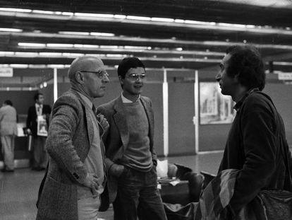 Michel Foucault (izquierda), acompañado de Thierry Voeltzel (en el centro) en el aeropuerto de Teherán, durante una de las dos visitas que ambos realizaron en 1978 a Irán.