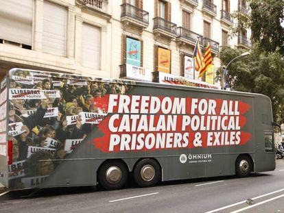 El autobús de la campaña de Òmnium Cultural que reclama la libertad de los presos del procés.