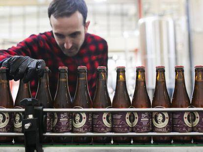 Línea de envasado de la cerveza artesanal La Virgen en Las Rozas (Madrid).
