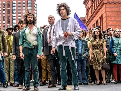 Caitlin Fitzgerald, Jeremy Strong y Sasha Baron Cohen, en 'El juicio de los 7 de Chicago'.
