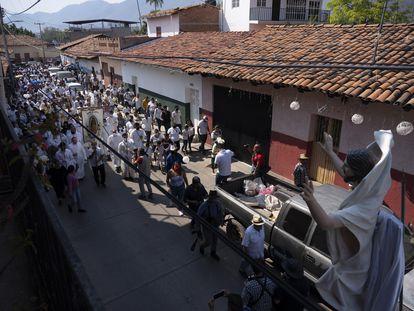 El nuncio apostólico en México, monseñor Franco Coppola, recorre en procesión el centro de Aguililla, Michoacán.