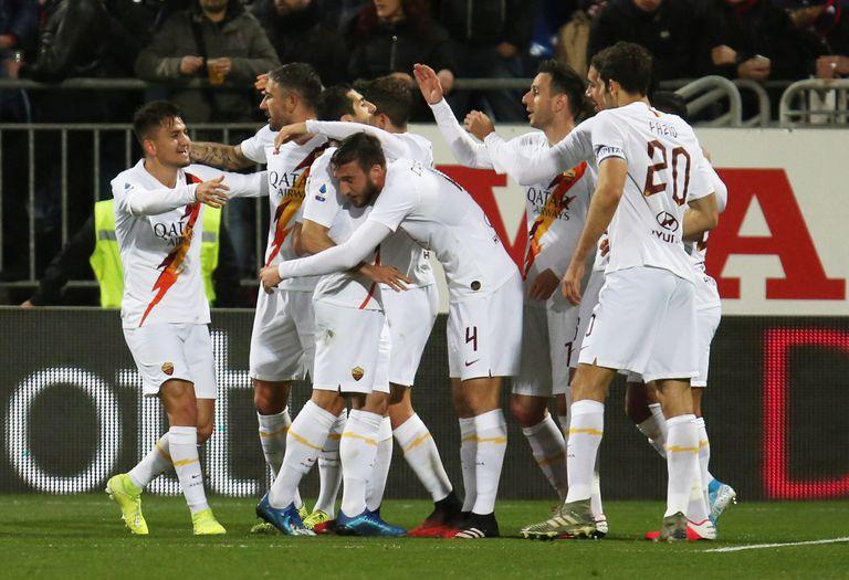 Los jugadores de la Roma, ante el Cagliari.