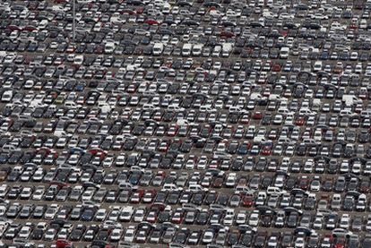Los aparcamientos de algunas  plantas de producción  ilustran la caída de las ventas de automóviles.