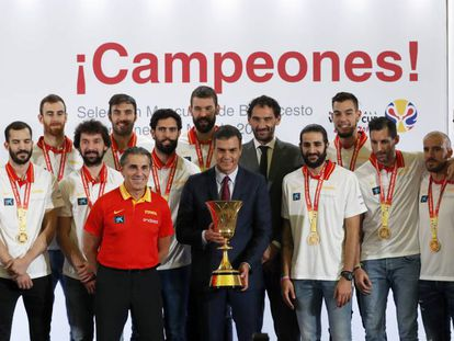 En vídeo, la selección española, con el presidente Pedro Sánchez. En vídeo, el presidente del Gobierno recibe en La Moncloa a la selección española de baloncesto.
