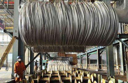 Un empleado en una siderúrgica china. El gigante asiático se encuentra en una larga marcha hacia una economía guiada por el consumo, afirma el informe de Morgan Stanley.