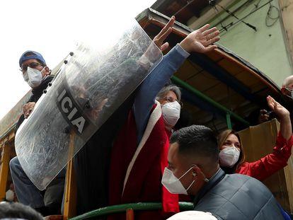 El candidato Guillermo Lasso, con su esposa, María de Lourdes, en el cierre de campaña en Quito, este miércoles.