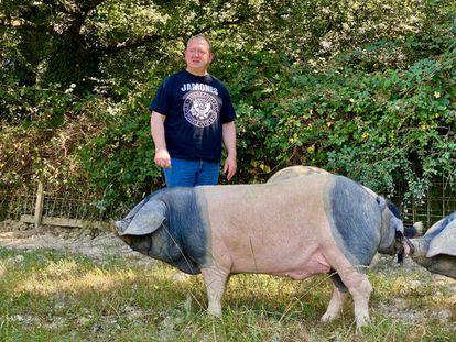 José Ignacio Jáuregui con los cerdos pio negro. J.C. CAPEL