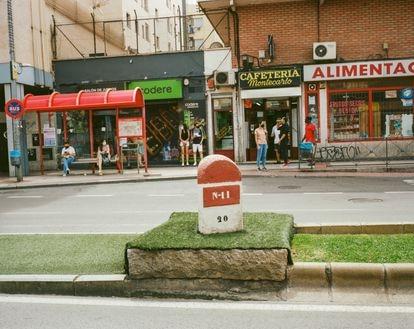 Mojón kilométrico original situado en una mediana de Torrejón en homenaje a la N-II.