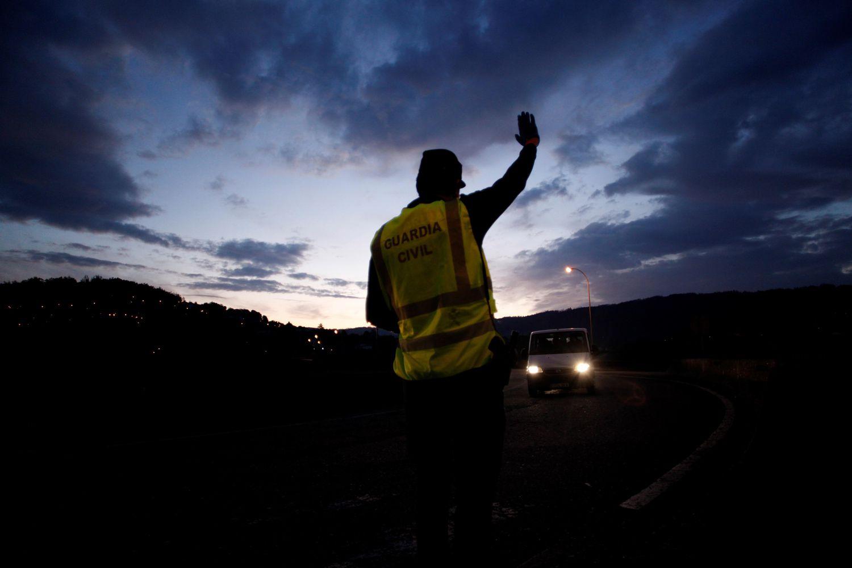 Un agente de la Guardia Civil da el alto a un vehículo en el concello coruñés de Cabanas durante el estado de alarma. EFE/Cabalar